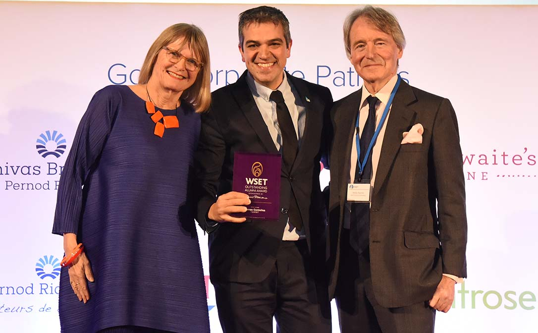 Ferran Centelles being presented with the Outstanding Alumni Award. (Left to right: Jancis Robinson MW DipWSET; Ferran Centelles DipWSET, prize winner; Steven Spurrier, WSET Honorary President)